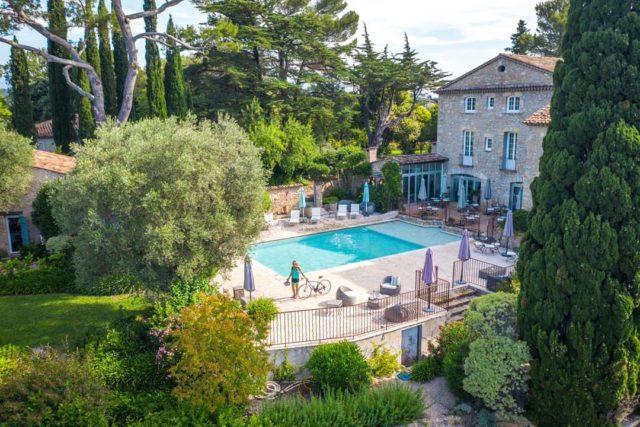 ❄️ L'Hiver approche mais l'Été et la piscine du Manoir de l'Etang pourraient manquer à certains... D'ailleurs, qui a déjà eu la chance d'y faire un plongeon ?  Rdv sur notre site ➡️ www.manoir-de-letang.com . . . . . #manoirdeletang #manoirdeletangmougins #hotel #luxuryhotel #boutiquehotel  #restaurant #holiday #vacation #mougins #france #cotedazur #frenchriviera #southoffrance #luxury #restaurant #frenchrestaurant #restaurantmougins #food #foodporn #traveltheworld #travel #travelblog #travelgram #tourism #hotellife #photography #hotelphotography #relax #chill #swim #swimmingpool