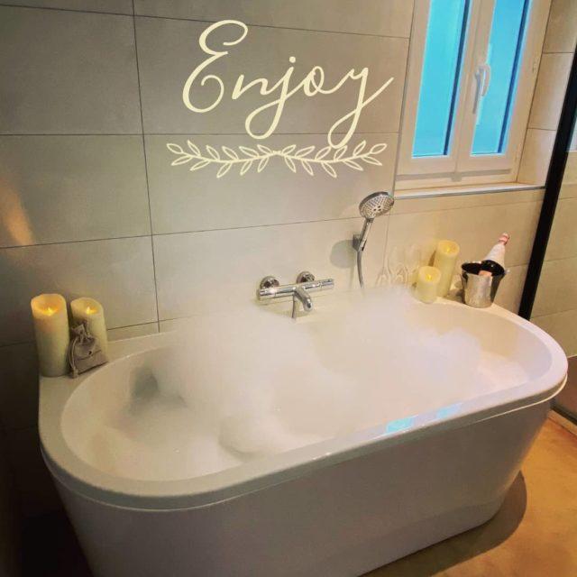 ✨ RELAXATION ✨ Aujourd'hui, la pluie nous invite à profiter d'un bon bain chaud... Détente assurée avec une coupe de champagne et quelques bougies... Excellent week-end à tous 🥂 Rdv sur notre site ➡️ www.manoir-de-letang.com . . . . . #manoirdeletang #manoirdeletangmougins #hotel #luxuryhotel #boutiquehotel  #restaurant #holiday #vacation #mougins #france #cotedazur #frenchriviera #southoffrance #luxury #frenchrestaurant #restaurantmougins #travel #travelblog #travelgram #tourism #hotellife #photography #hotelphotography #relax #chill #bathroom #bath #champagne  #candle #fallvibes