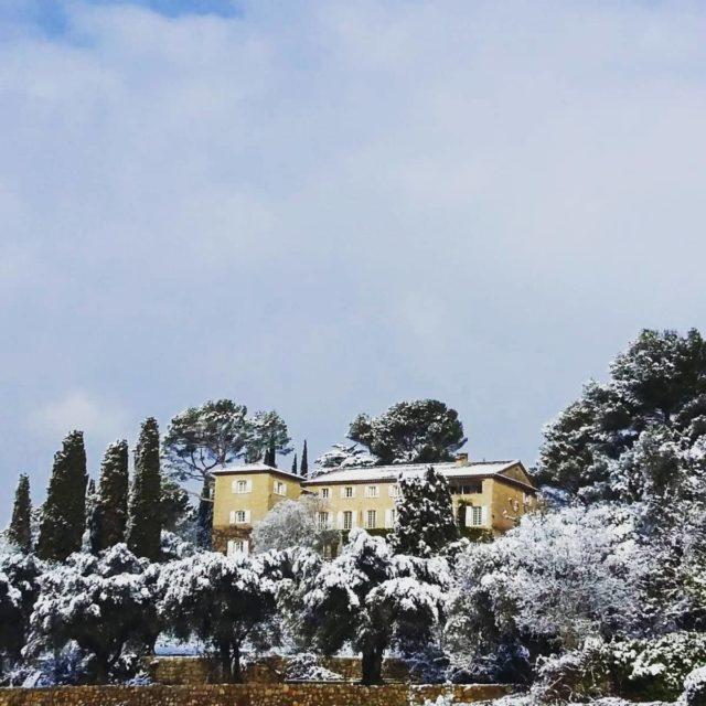 """D'après un proverbe Serbe, """"il n'est pas d'hiver sans neige, de printemps sans soleil et de joie sans être partagée.""""  Et vous, qu'en pensez-vous ? 😉 Quelques clichés de 2018 du Manoir sous la neige ❄️ Belle journée à tous ! Réservations & informations par mail ➡️ manoir.etang@wanadoo.fr / Rdv sur notre site ➡️ www.manoir-de-letang.com . . . . . #manoirdeletang #manoirdeletangmougins #hotel #luxuryhotel #boutiquehotel  #restaurant #holiday #vacation #mougins #france #cotedazur #frenchriviera #southoffrance #luxury #restaurant #frenchrestaurant #restaurantmougins #food #instafood #foodporn #traveltheworld #travel #travelblog #travelgram #neige #hotellife #photography #hotelphotography #manoir #escapade #weekend"""