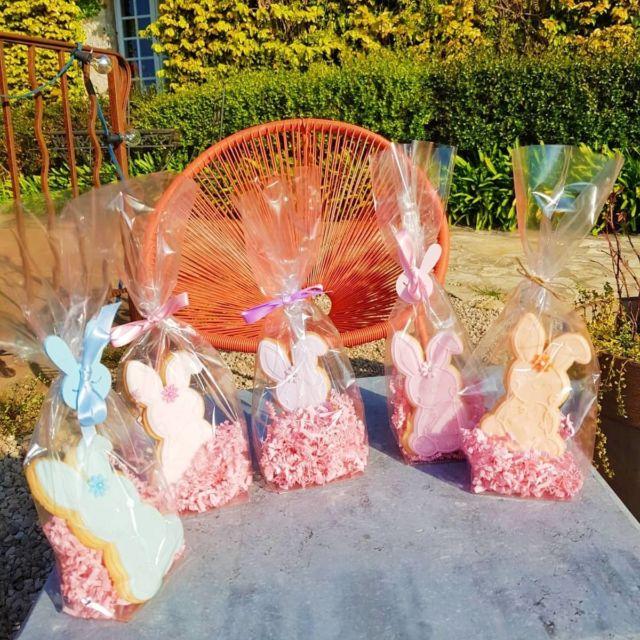 🐰 Joyeuses Pâques 🐤 Voici nos jolis biscuits de Pâques offerts pour l'occasion à nos clients et confectionnés par la talentueuse Suzanne @les_gateaux_sucres 🌼 Pour vos anniversaires, baptêmes, mariages, etc...Suzanne réalise des gourmandises selon vos envies (Cupcakes, Wedding cake, Cookies, etc...) et c'est tout simplement DÉLICIEUX ✨ Réservations & informations par mail ➡️ manoir.etang@wanadoo.fr / Rdv sur notre site ➡️ www.manoir-de-letang.com . . . . . #manoirdeletang #ManoirdeletangMougins #hotel #luxuryhotel #boutiquehotel  #visitcotedazur #easter #pâques #mougins #france #cotedazur #frenchriviera #southoffrance #cotedazurnow #frenchrestaurant #restaurantmougins #hotelenfrance  #hotelsuddelafrance #hotelcotedazur #suddelafrance #visitcotedazur #hotellife #piscine #hotelphotography #manoir #chill #escapade #weekend #condenasttraveller #mouginstourisme