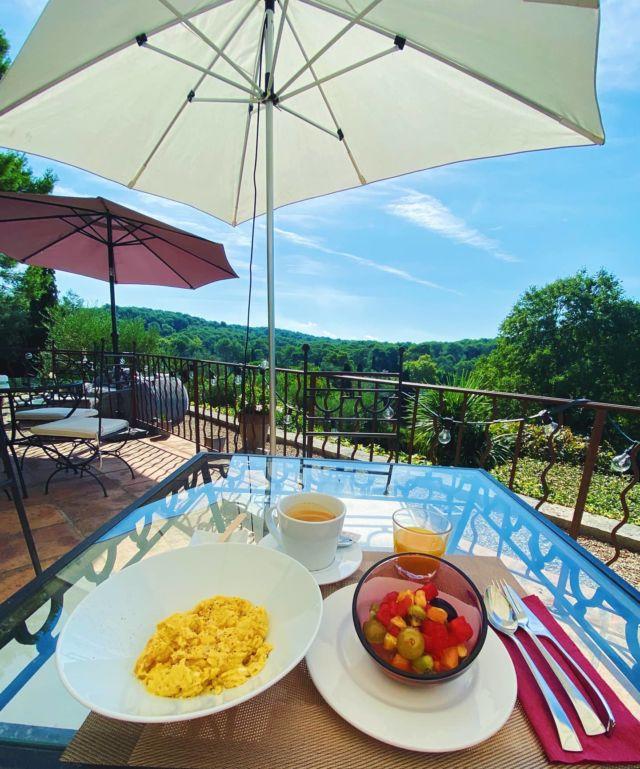☕🥐🍊 Et si vous commenciez cette journée par un délicieux petit-déjeuner avec vue ? Ne cherchez plus, nous avons l'endroit idéal ! C'est au Manoir de l'Étang que cela se passe ! Belle journée à tous ✨  »» ʀésᴇʀᴠᴀᴛɪᴏɴs & ɪɴғᴏʀᴍᴀᴛɪᴏɴs ᅳᅳ► 0492283600 ᴏᴜ ᴍᴀɴᴏɪʀ.ᴇᴛᴀɴɢ@ᴡᴀɴᴀᴅᴏᴏ.ғʀ »» ʀᴅᴠ sᴜʀ ɴᴏᴛʀᴇ sɪᴛᴇ ᅳᅳ► ᴡᴡᴡ.ᴍᴀɴᴏɪʀ-ᴅᴇ-ʟᴇᴛᴀɴɢ.ᴄᴏᴍ . . . . . #manoirdeletang #ManoirdeletangMougins #hotel #luxuryhotel #boutiquehotel  #visitcotedazur #holiday #vacation #mougins #france #cotedazur #frenchriviera #southoffrance #cotedazurnow #frenchrestaurant #hiphotels #restaurantmougins #hotelenfrance #hotelsuddelafrance #hotelcotedazur #suddelafrance #explorefrance #cotedazurfrance #costaazzura #hotelphotography #chill #breakfasttime #weekend #breakfast #mouginstourisme @villedemougins @mouginspourvous @mouginstourisme