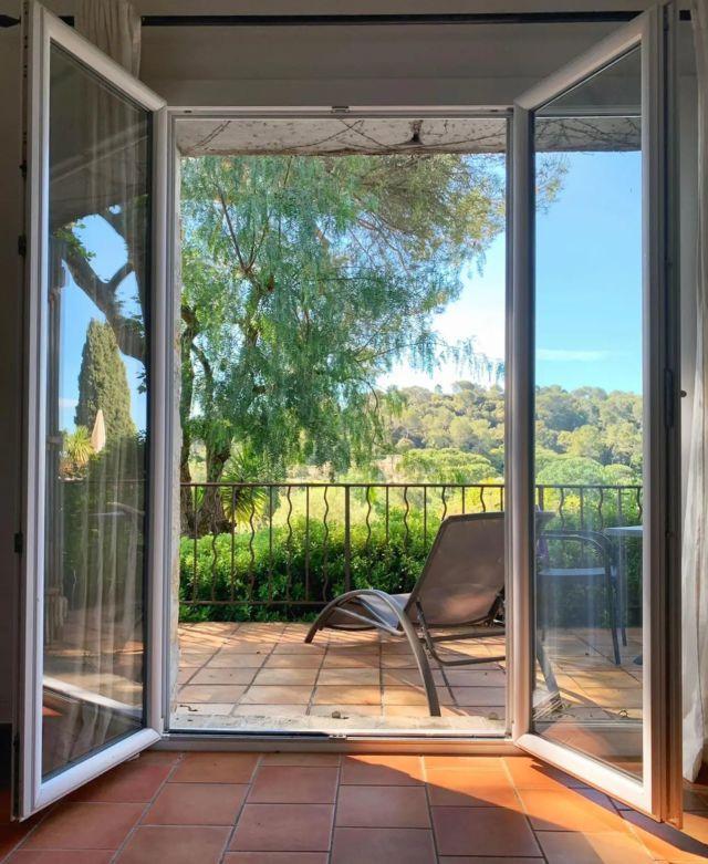 ☀️ Réveil en douceur au Manoir de l'Étang... Ouvrez les yeux, poussez les volets de votre chambre et admirez la vue 🌿 Un seul mot d'ordre »ᅳ► PROFITEZ !! Et bon week-end à tous ✨  »» ʀésᴇʀᴠᴀᴛɪᴏɴs & ɪɴғᴏʀᴍᴀᴛɪᴏɴs ᅳᅳ► 0492283600 ᴏᴜ ᴍᴀɴᴏɪʀ.ᴇᴛᴀɴɢ@ᴡᴀɴᴀᴅᴏᴏ.ғʀ »» ʀᴅᴠ sᴜʀ ɴᴏᴛʀᴇ sɪᴛᴇ ᅳᅳ► ᴡᴡᴡ.ᴍᴀɴᴏɪʀ-ᴅᴇ-ʟᴇᴛᴀɴɢ.ᴄᴏᴍ . . . . . #manoirdeletang #ManoirdeletangMougins #hotel #luxuryhotel #boutiquehotel  #visitcotedazur #holiday #vacation #mougins #france #cotedazur #frenchriviera #southoffrance #cotedazurnow #frenchrestaurant #hiphotels #restaurantmougins #hotelenfrance #hotelsuddelafrance #hotelcotedazur #suddelafrance #explorefrance #cotedazurfrance #costaazzura #hotelphotography #chill #escapade #weekend #condenasttraveller #mouginstourisme @villedemougins @mouginspourvous @mouginstourisme